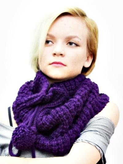 модель в шарфе
