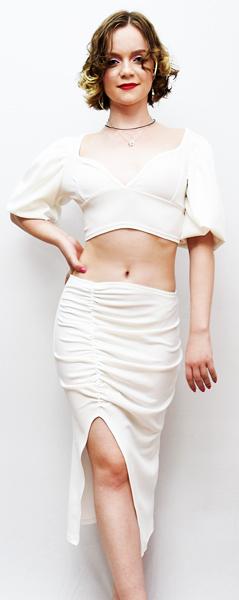 модель в белом