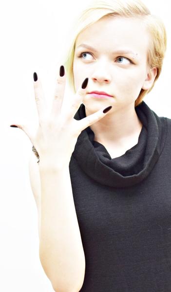 модель с ногтями