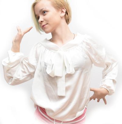 модель в блузке