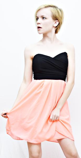 модель в розово-черном